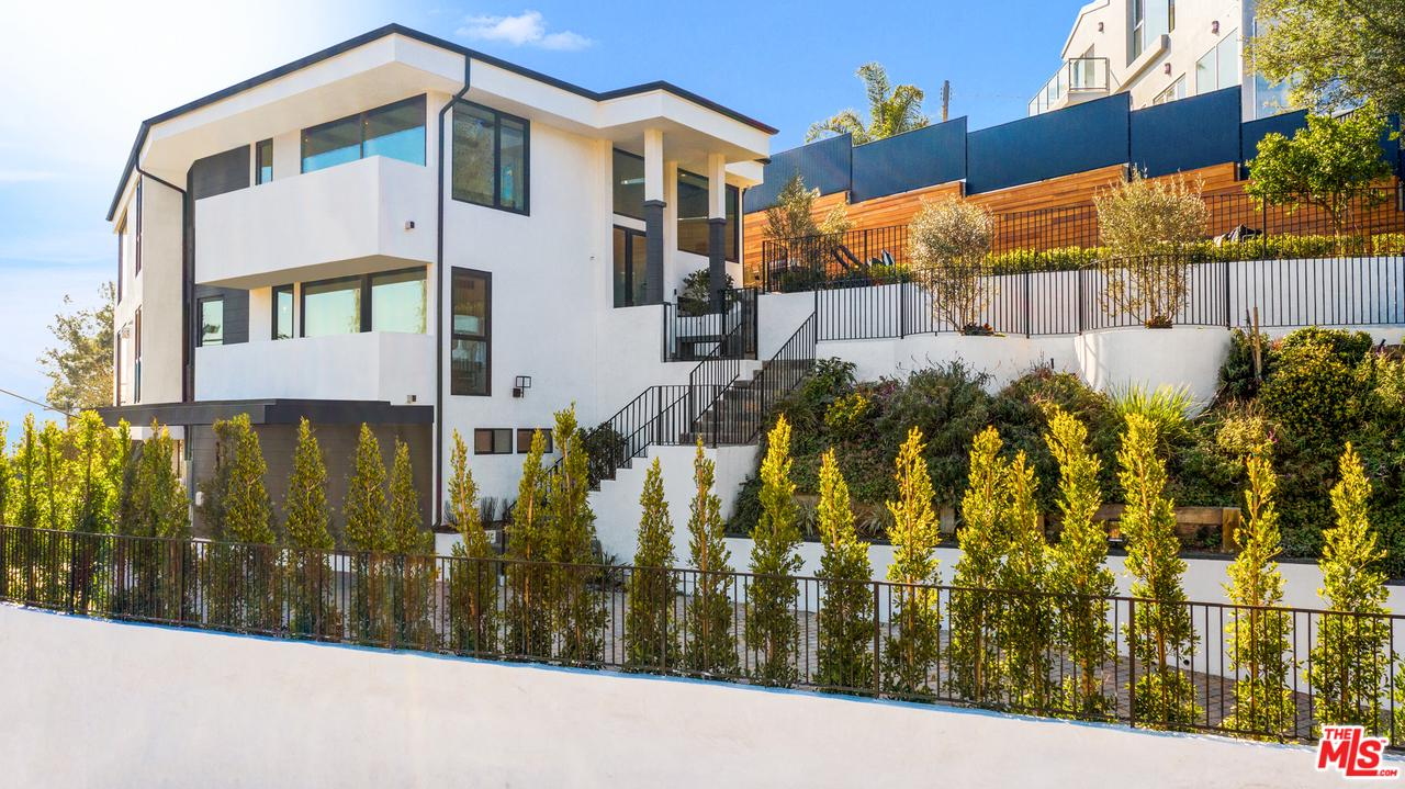 Photo of 1015 North TIGERTAIL Road, Los Angeles, CA 90049
